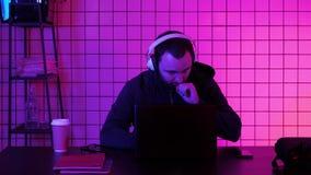 Videojugador en los auriculares que fluyen el juego metrajes