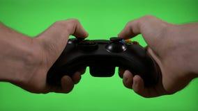 Videojugador enojado frustrado que juega el partido del videojuego en concepto perdidoso de sacudida del juego del control remoto almacen de metraje de vídeo