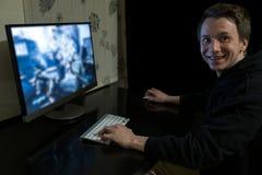 Videojugador joven en la oscuridad Fotografía de archivo libre de regalías