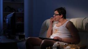 Videojugador normal del ocio de la tarde: pizza, sofá, ordenador almacen de metraje de vídeo