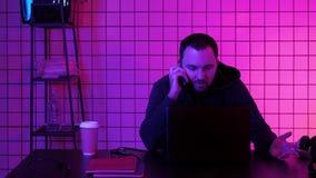Videojugador que hace una llamada almacen de video