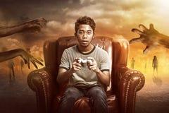 Videojugador que juega a juegos del zombi Fotografía de archivo