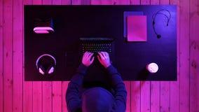 Videojugador que juega a un juego en un ordenador portátil Fluyendo y mirando otros jugar fotos de archivo libres de regalías