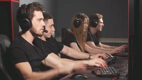 Videojugadores profesionales que participan en el torneo cibernético en línea de los juegos metrajes