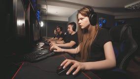 Videojugadores profesionales que participan en el torneo cibernético en línea de los juegos almacen de video
