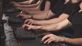 Videojugadores profesionales que participan en el torneo cibern?tico en l?nea de los juegos almacen de video