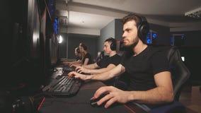 Videojugadores profesionales que participan en el torneo cibern?tico en l?nea de los juegos almacen de metraje de vídeo