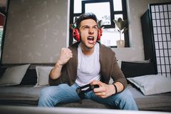 Videojugadores que juegan el partido imagenes de archivo