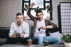 Videojugadores que juegan el partido Foto de archivo