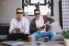 Videojugadores que juegan el partido imagen de archivo libre de regalías
