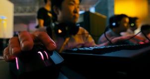 Videojugadores que juegan a un juego de ordenador Competencias en e-deportes fotos de archivo libres de regalías