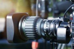 Videokamera - anteckna den utomhus- TVstudion för show - fokus arkivbilder