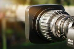 Videokamera - anteckna den utomhus- TVstudion för show - fokus arkivfoto