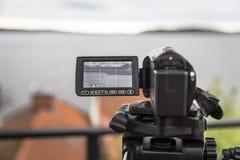 Videokamera schießt eine Landschaft mit einer Yacht Stockfotos