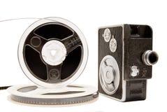 Videokamera und Filmbandspule getrennt auf Weiß Lizenzfreie Stockbilder