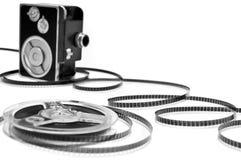Videokamera und Filmbandspule getrennt auf Weiß Stockfoto