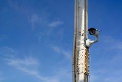 Videokameran håller ögonen på den blåa himlen för stolpen och fördunklar Säkerhet och kontroll Fotografering för Bildbyråer