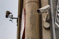 Videokamerasäkerhetssystem på väggen av byggnaden Royaltyfria Bilder