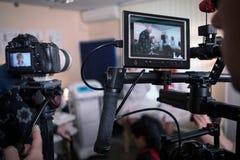 Videokameror på uppsättningen, i kulisserna filmplatser royaltyfria bilder