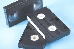 Videokassett på tabellen royaltyfria bilder
