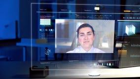 Videokonferenz auf virtuellem Schirm im Nachtbüro stock video