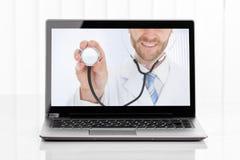 Videokonferenz mit Doktor On Laptop stockfoto