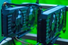 Videokort som bryter riggen på ramen I ramen är två videokort med trådar GTX arkivfoto