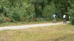 Videolengte, mensen die fietsen langs de sleep, horizontaal panorama berijden stock video