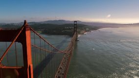 Videolengte van camera die over de brug en de rivier vliegen stock video