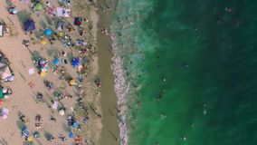 Videolengte van camera die over kust en strand vliegen stock footage