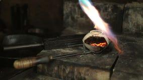 Videolengte van smeltend dowm metaal in Juwelen, metaalbrandwond stock video