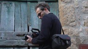 Videomaker die bij een oude stad SF schieten stock footage