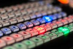 Videomischer mit farbigen Knöpfen mit Licht Rote, grüne und blaue Knöpfe Stockbilder