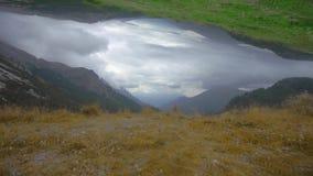 Videomontering van de bergachtige Alpen op een bewolkte dag met speciale gevolgen stock footage