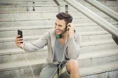 Videoplaudern des gutaussehenden Mannes am Telefon Lizenzfreies Stockbild
