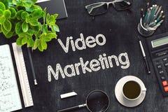 Videopn marknadsföringsbegrepp på den svarta svart tavlan framförande 3d fotografering för bildbyråer