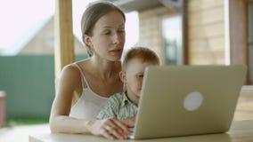 Videopn prata för moder och för son arkivfilmer