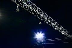 Videopp bevakningkameror för trafik på natten arkivbild