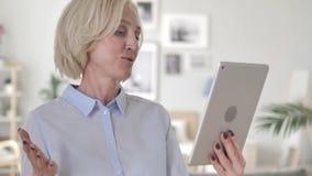 Videopraatje door Oude Vrouw op Tablet stock video