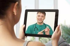 Videopraatje met arts stock afbeeldingen