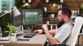 Videoredacteur die in professionele software werken stock video