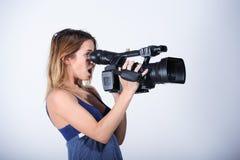 Videoreporter mit Kamera Lizenzfreies Stockfoto