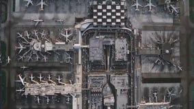 Videoripresa della macchina fotografica che sorvola l'aeroporto, la città e la strada principale video d archivio