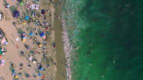 Videoripresa della macchina fotografica che sorvola riva e spiaggia stock footage