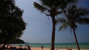 Videoripresa 1920x1080 delle azione di Timelapse Mare, acqua, Sunny Day, spiaggia tropicale, riflusso, feste, vacanza, viandanti, archivi video