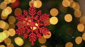 Videosamenstelling met dalende sneeuw over onscherpe video van Kerstboomlichten en sneeuwvlok stock footage