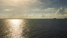 Videosegeln des kleinen Bootes des ozeanhimmelhorizontes im Licht der untergehenden Sonne stock video footage
