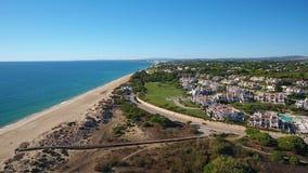 _ Videoskott av ett surr över stränderna Dal de Lobo, Algarve stock video