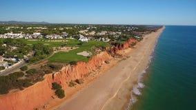 _ Videoskott av ett surr över stränderna Dal de Lobo, Algarve lager videofilmer
