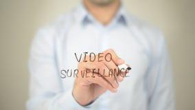 Videosorveglianza, scrittura dell'uomo sullo schermo trasparente Immagine Stock Libera da Diritti